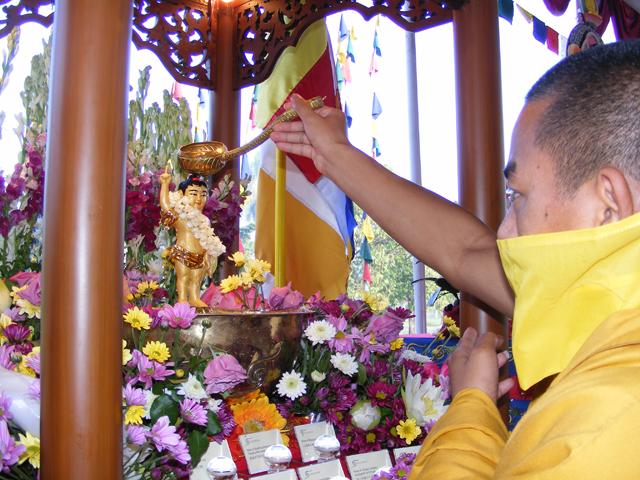 Lama memandikan rupang Budha