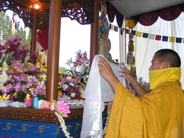 Lama membasuh rupang Budha