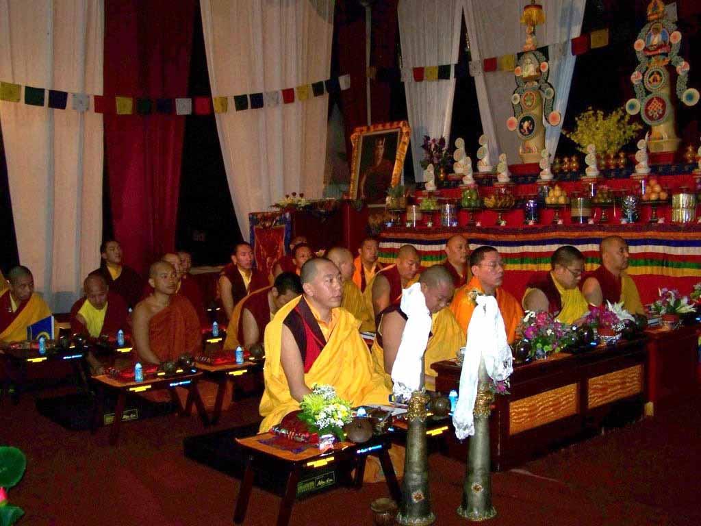 Para Sangha mengikuti Kagyu Monlam