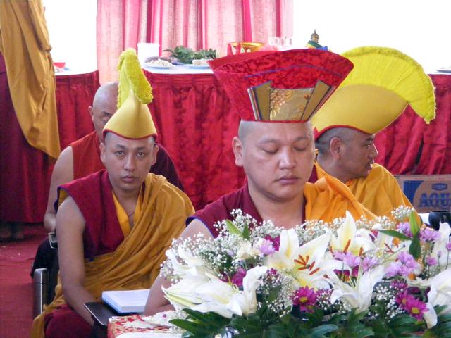 Pemimpin Puja Monlam Karma Khencen Rinpoche