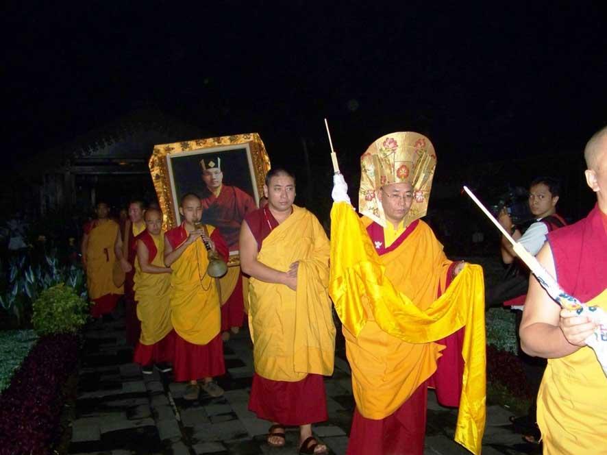 Prosesi membawa foto HH. Karmapa ke Singasana Dharma
