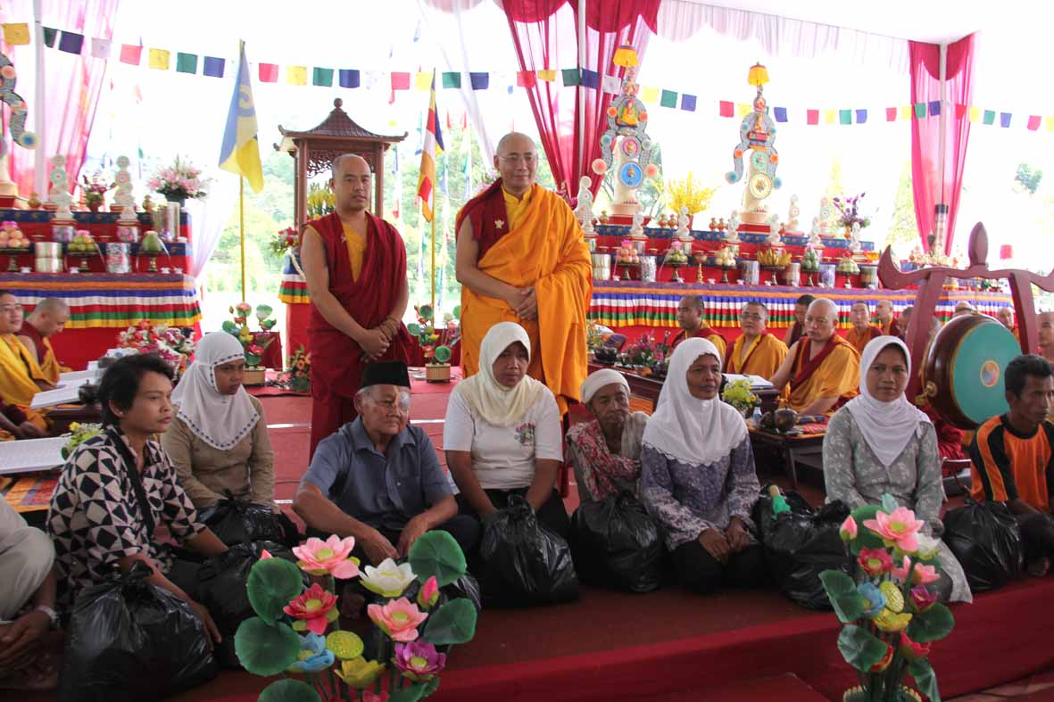 Rinpoche berfoto bersama dengan warga penerima dana sembako