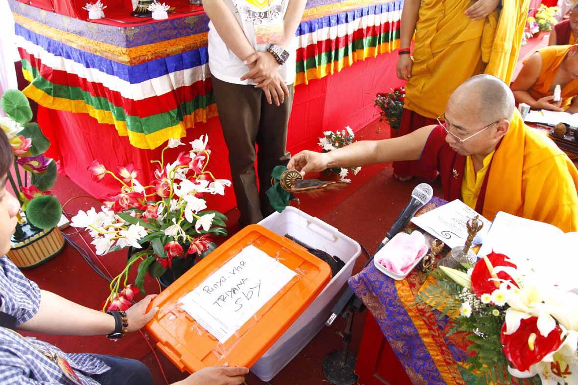Rinpoche memberkahi ikan untuk dilepas