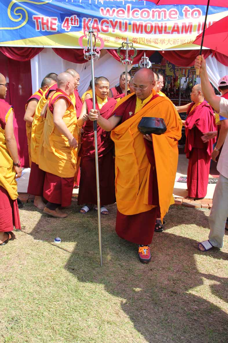 Rinpoche memimpin pindapatra