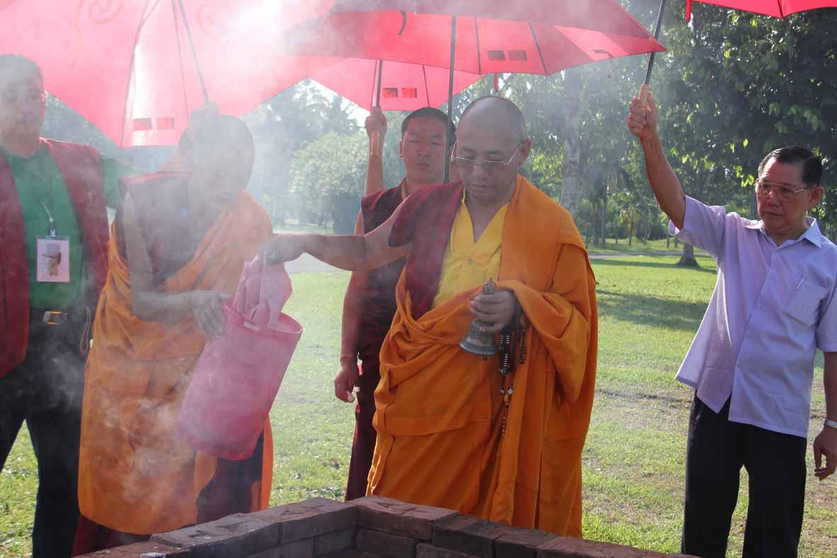 Rinpoche memimpin puja Patidana