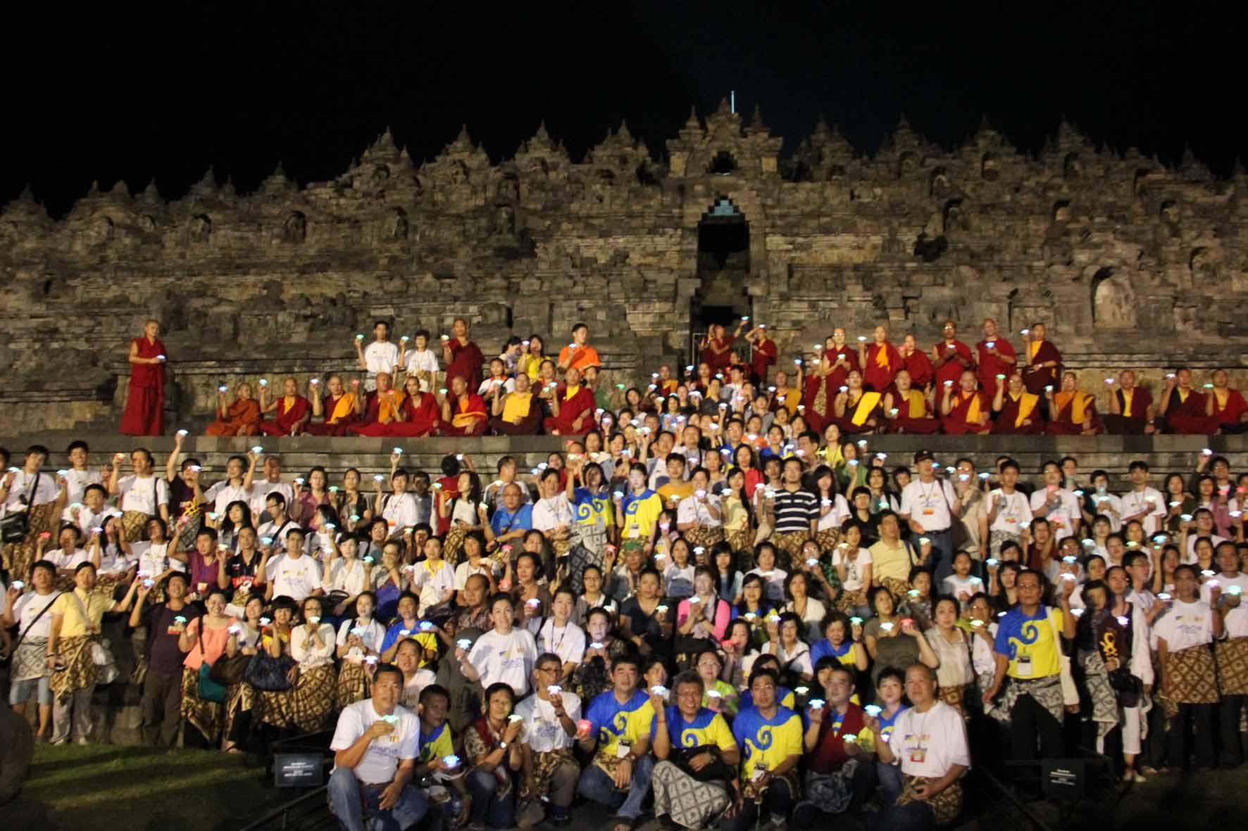 Sangha dan peserta berfoto bersama di Candi Borobudur