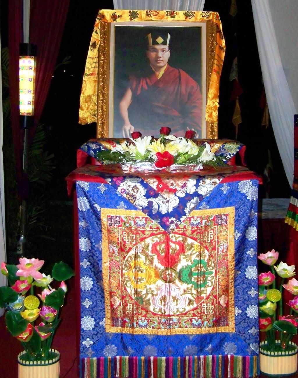 Foto HH Karmapa ditahtakan di Singgasana Dharma