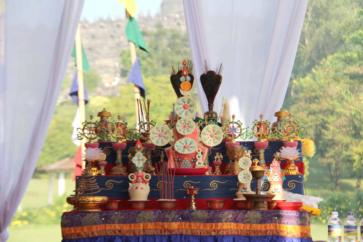 Penataan altar persembahan