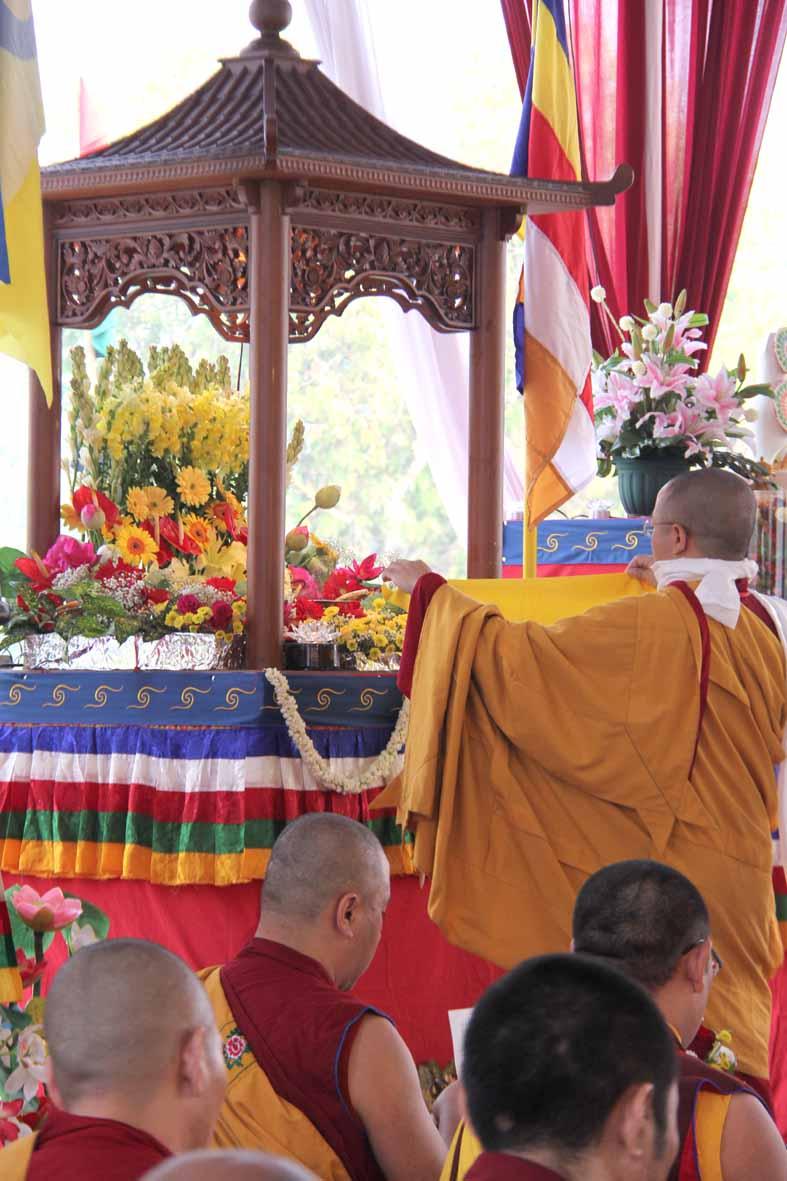 Prosesi memandikan Buddha