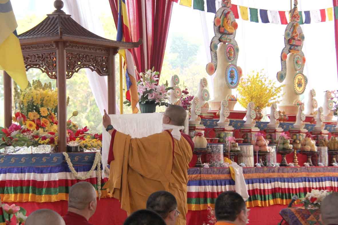Prosesi membasuh Buddha