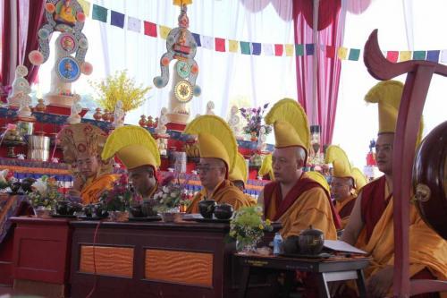 Sangha melantunkan bait penghormatan