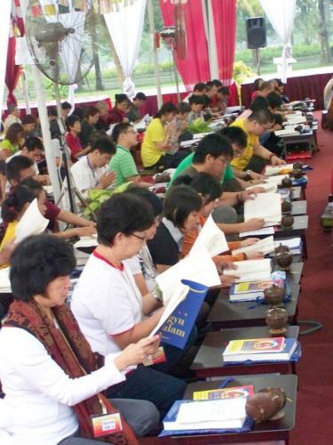 para peserta membaca puja aspirasi