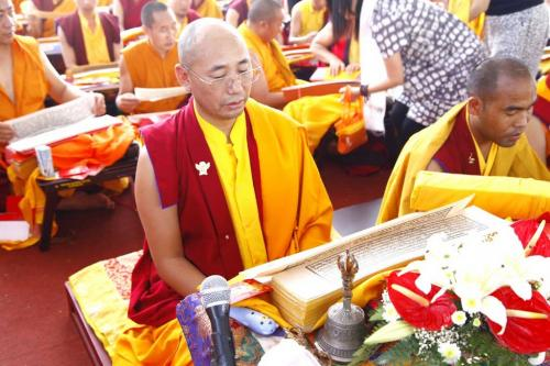 Rinpoche membaca ulang naskah Tri Pitaka