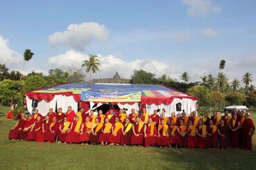 para Sangha peserta monlam berfoto bersama