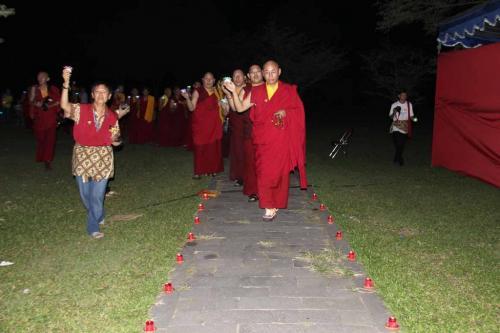 prosesi persembahan pelita menuju Borobudur