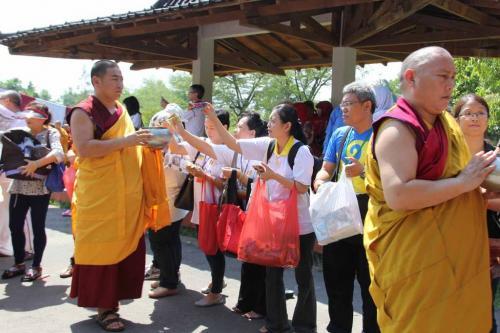umat mempersembahkan makanan untuk Sangha